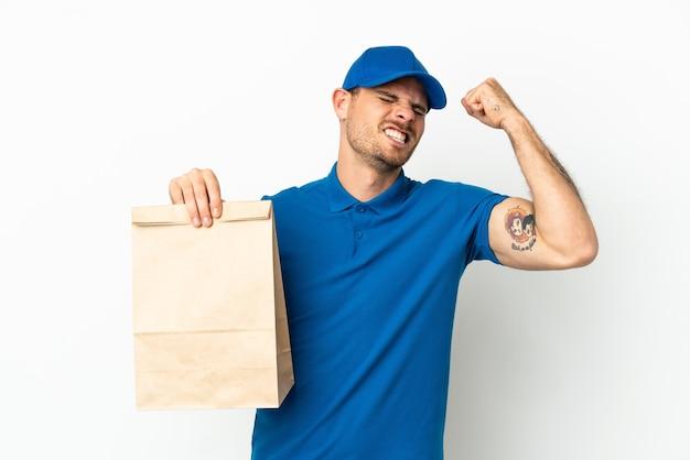Бразилец берет сумку еды на вынос, изолированные на белом фоне, празднует победу