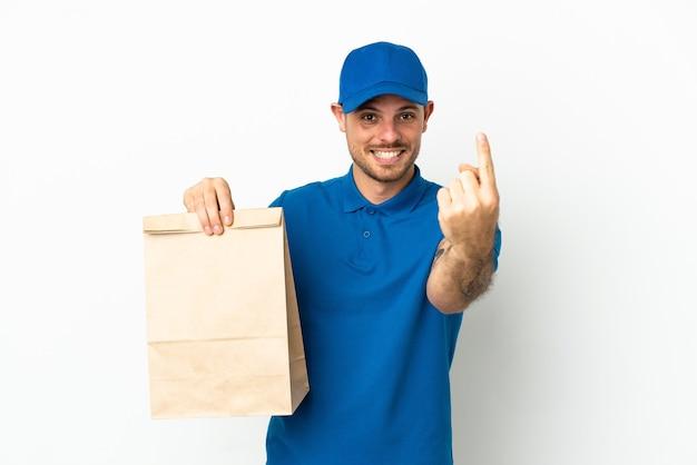 Бразилец берет сумку еды на вынос, изолированную на белом фоне, делает приближающийся жест