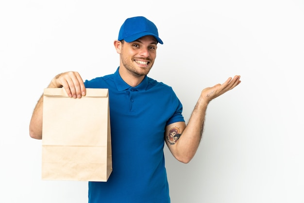 브라질 테이크 아웃 음식 가방을 복용 흰색 배경에 고립 올 초대에 손을 옆으로 확장