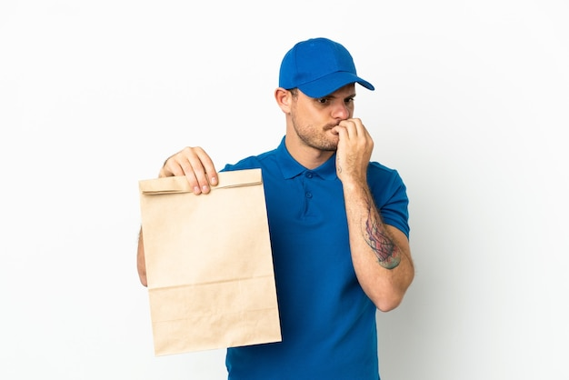 Бразилец принимает сумку еды на вынос, изолированную на белом фоне, сомневаясь