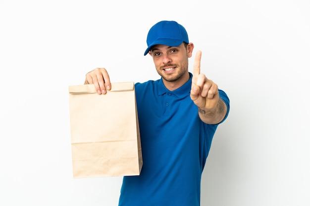 브라질 테이크 아웃 음식 가방을 들고 손가락을 보여주는 흰색 배경에 고립