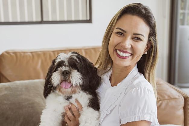 브라질 여자와 집에서 그녀의 애완 동물 시추 강아지, 가장 친한 친구, 가족 사랑