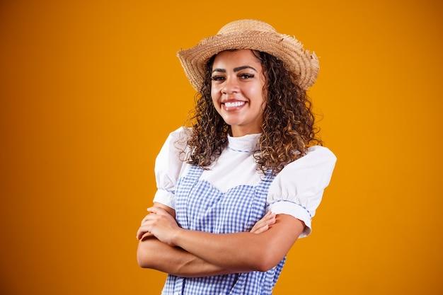 クロスアームでフェスタジュニーナの典型的な服を着ているブラジル人女性