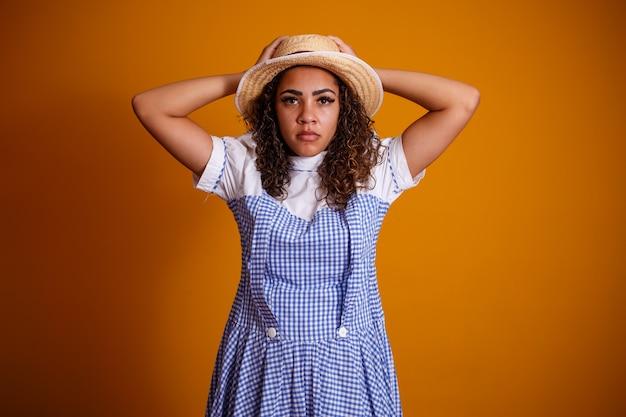 フェスタジュニーナの典型的な服を着ているブラジル人女性