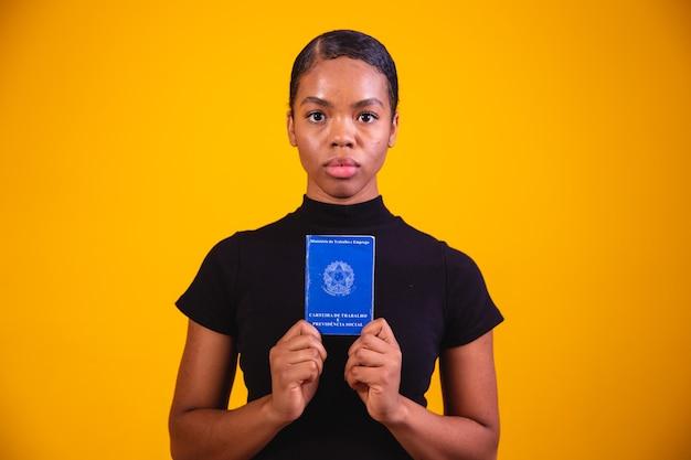 文書作業と社会保障のあるブラジル人女性(carteira de trabalho e previdencia social)
