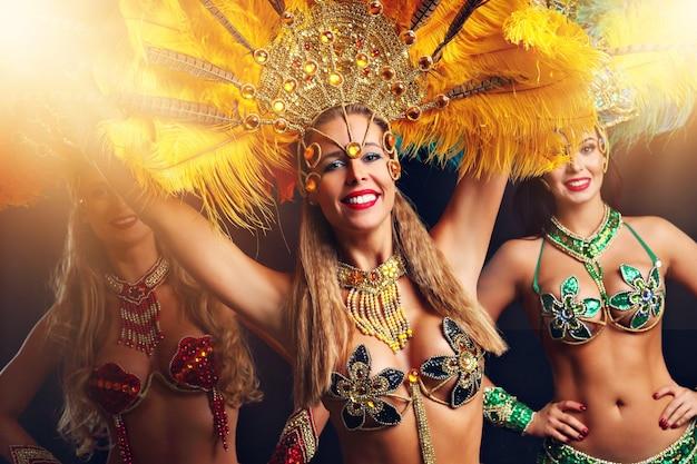 Бразильские женщины танцуют музыку самбы на карнавальной вечеринке