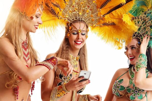 카니발 파티에서 삼바 음악을 춤을 추는 브라질 여성