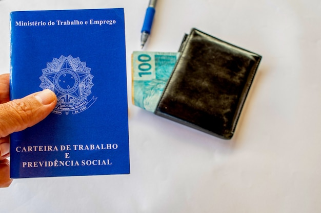 브라질 작업 카드와 흐릿한 브라질 돈 배경