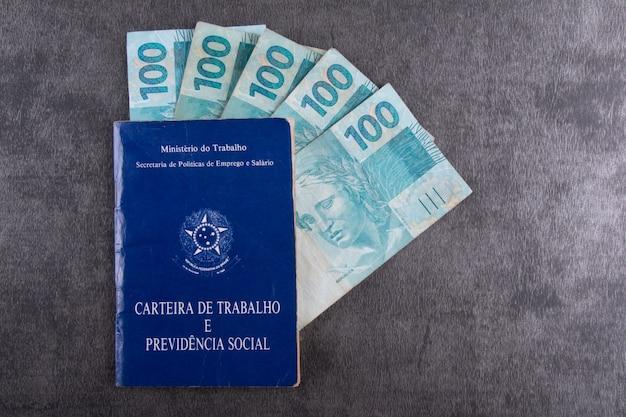 本物のメモが付いているブラジルのワークカード