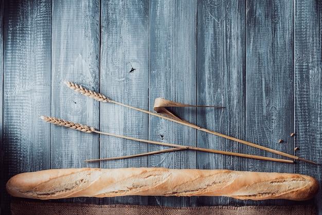 나무 배경에 빵과 베이커리 제품