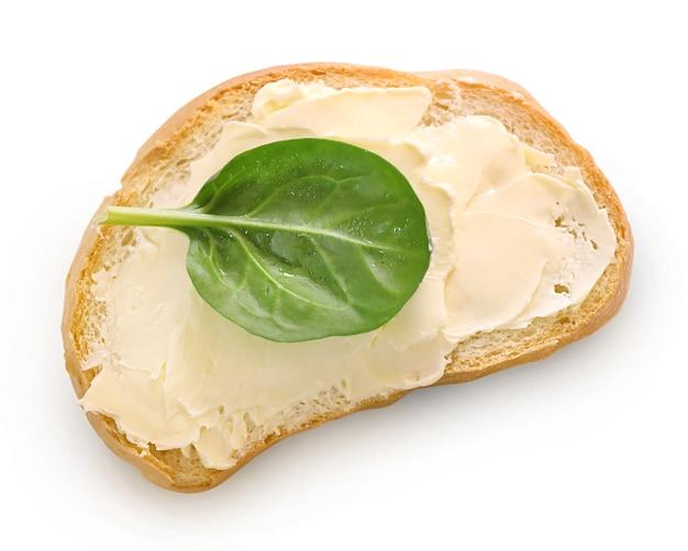 パンと白で隔離されるバター