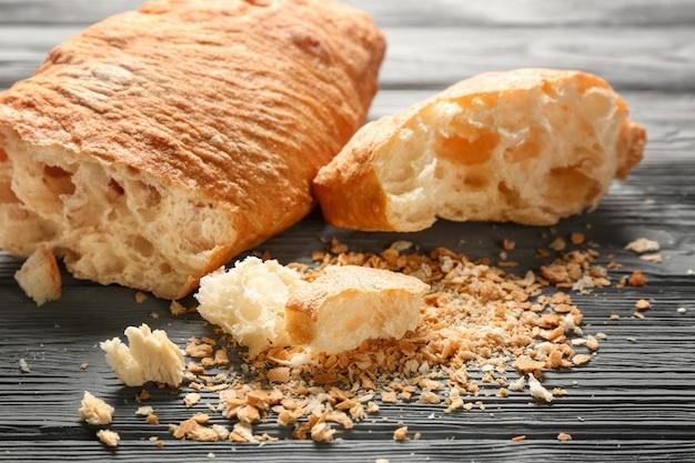 Хлеб и крошки на деревянном столе