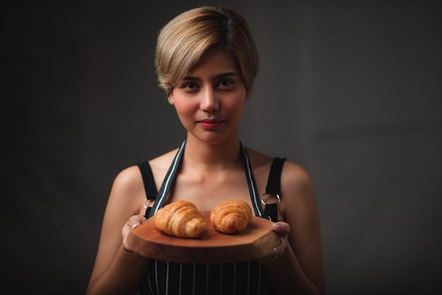 Хлеб и десерт размещены в кофейне