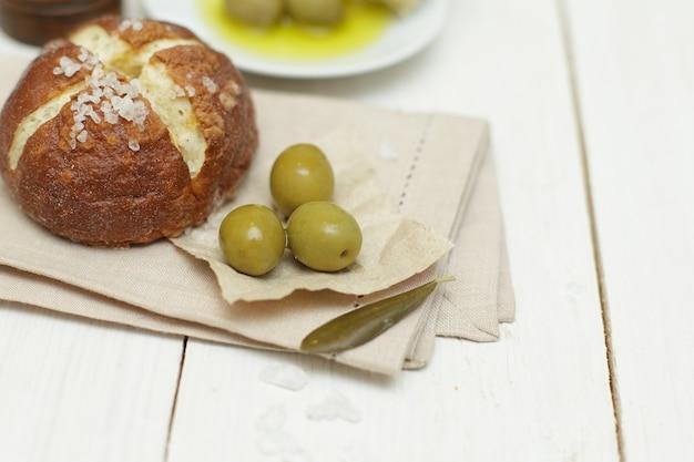 빵과 녹색 올리브-유기농 식품, 건강