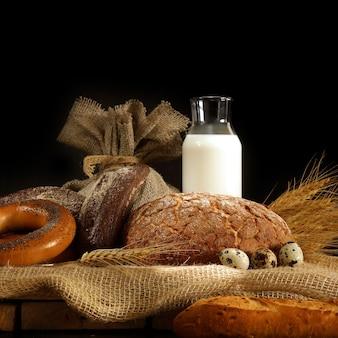 거친 직물에 테이블에 빵과 우유, 소박한 스타일
