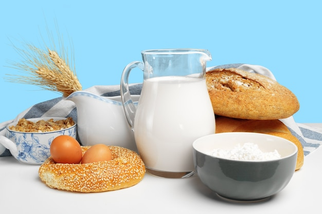 テーブルの上のパンとミルク