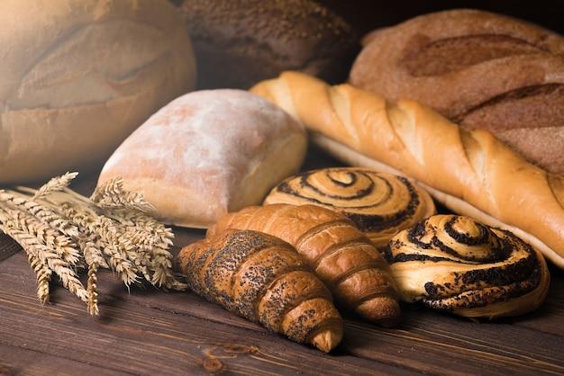 パンとペストリー。クロワッサン。パン屋の背景。
