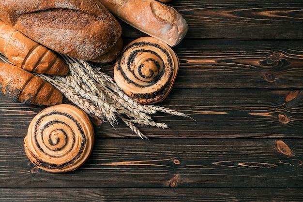 빵과 생과자. 크로와상. 빵집 배경.