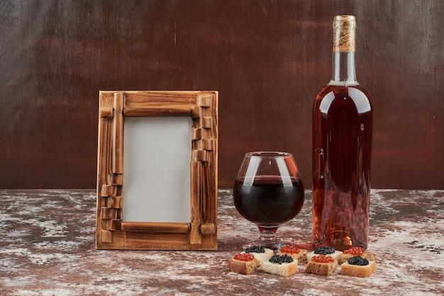 キャビアとワインで大理石のパンの食前酒。