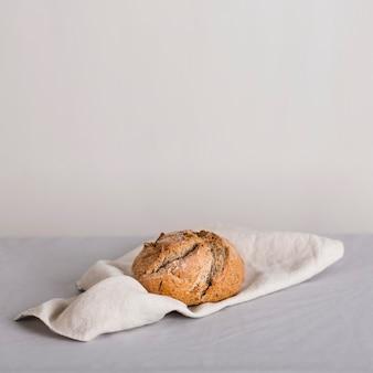 布の上のパンの配置
