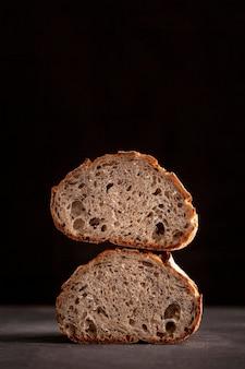 黒の背景のパンの配置