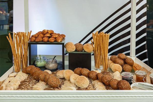 イベントクロワッサンでのパンの品揃え、種とブレッドスティックのジャムとパテのパン