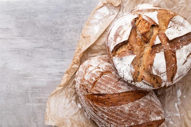 Фон хлеба, вид сверху, черный и ржаной хлеб на черном.