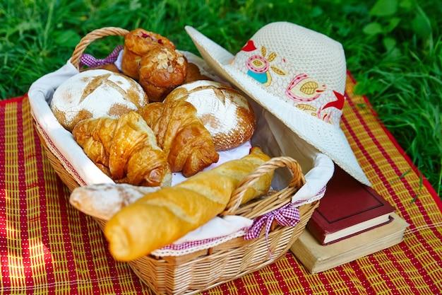 Хлеб, багет и круассаны в корзине для пикника