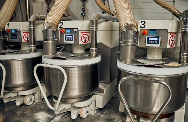빵 빵집 식품 공장. 식품 가공 공장, 생산 라인의 현대화.