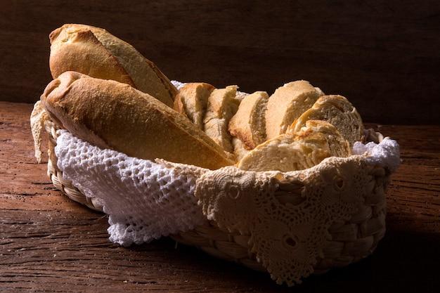 木製のテーブルの上のパンかご