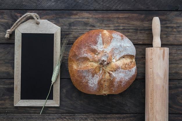 ローリングピンと黒板の間のパン