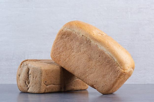 Blocchi di pane impilati su sfondo marmo. foto di alta qualità
