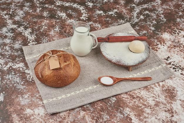 Panino di pane su marmo con ingredienti.