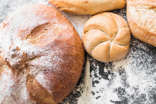 Panini di pane sulla scrivania con pagnotta