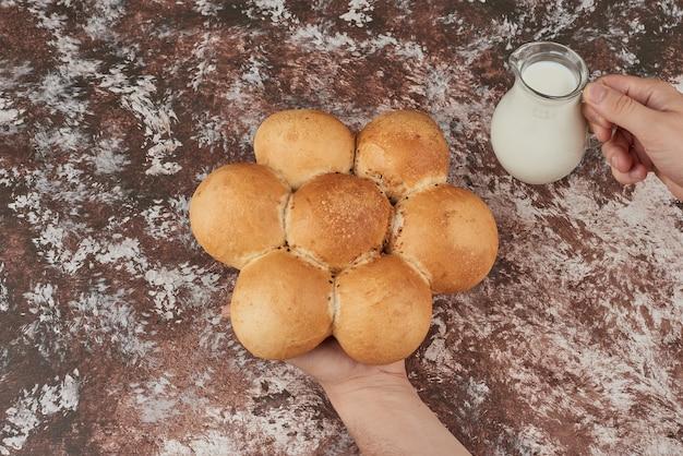 Focacce di pane sul marmo con il latte.