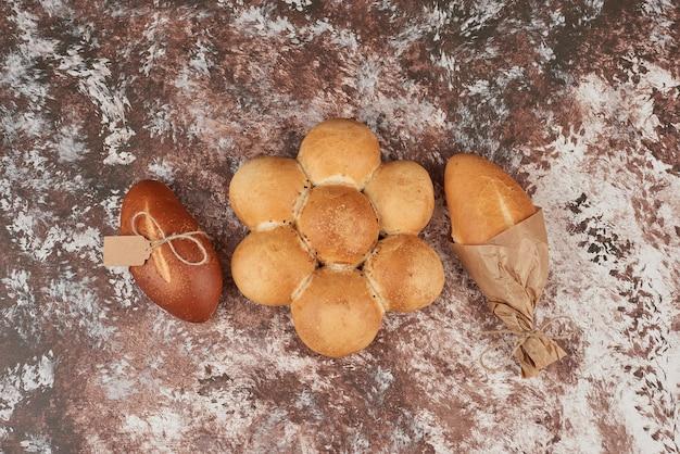 Focacce di pane su marmo.