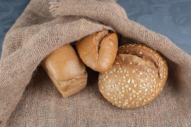 대리석 테이블에 패브릭 커버 아래 빵 빵.
