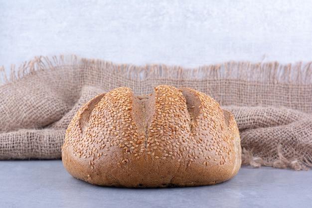 대리석 표면에 참깨로 덮인 빵