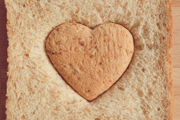 발렌타인 데이에 사랑과 보살핌의 심장 모양 개념으로 잘린 빵