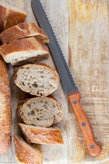 Хлеб разрезать ножом во время приготовления