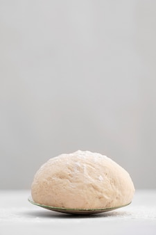 접시에 빵 반죽