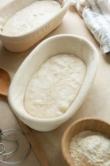 焼く準備ができているパン生地。ホームベーキング、野生の天然酵母で作られたサワードウの素朴なパン