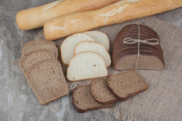 Varietà di cibi freschi di pane su tela di sacco