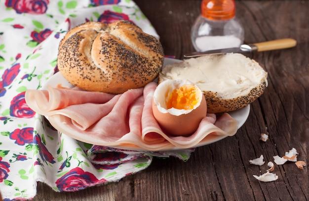 Хлеб, ветчина и яйцо