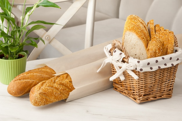 테이블에 밝은 배경에 고리 버들 바구니에 빵