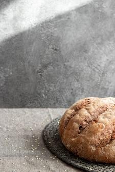 회색 대리석 된 배경에 바구니에 빵