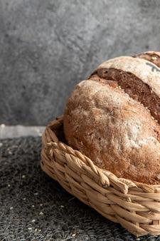 Хлеб в корзине на серой мраморной поверхности