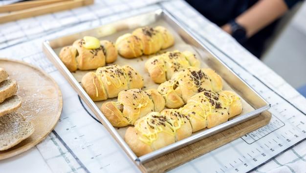 Хлеб на кухне, ингредиенты для выпечки на деревянном столе, готовые к приготовлению. copyspace для текста. концепция приготовления пищи, кухня на фоне.
