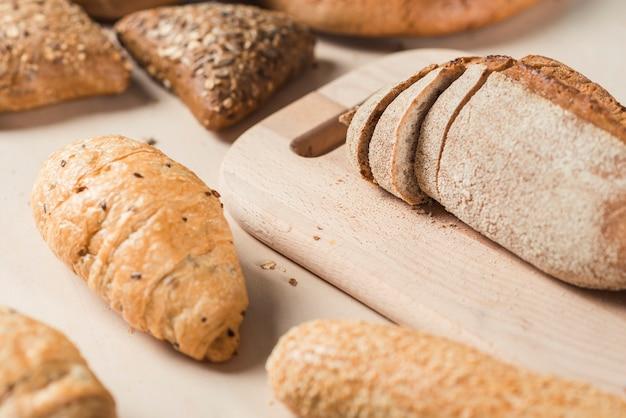 テーブル上のチョッピングボード上のパン