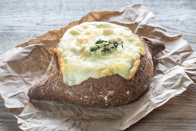 チーズを詰めたパン
